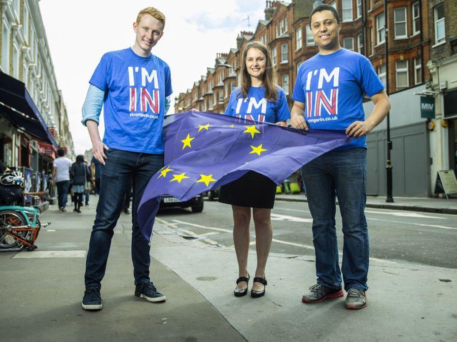 """IN. BLEUS. Jessica Perniceni, (34 ans), senior audit manager pour un groupe de tourisme international veut """"une Grande-Bretagne plus forte dans une Europe plus forte"""". James Hamblin (31 ans) agent de sécurité, Jonny Cope (26 ans) avocat militent eux aussi pour le """"remain""""."""