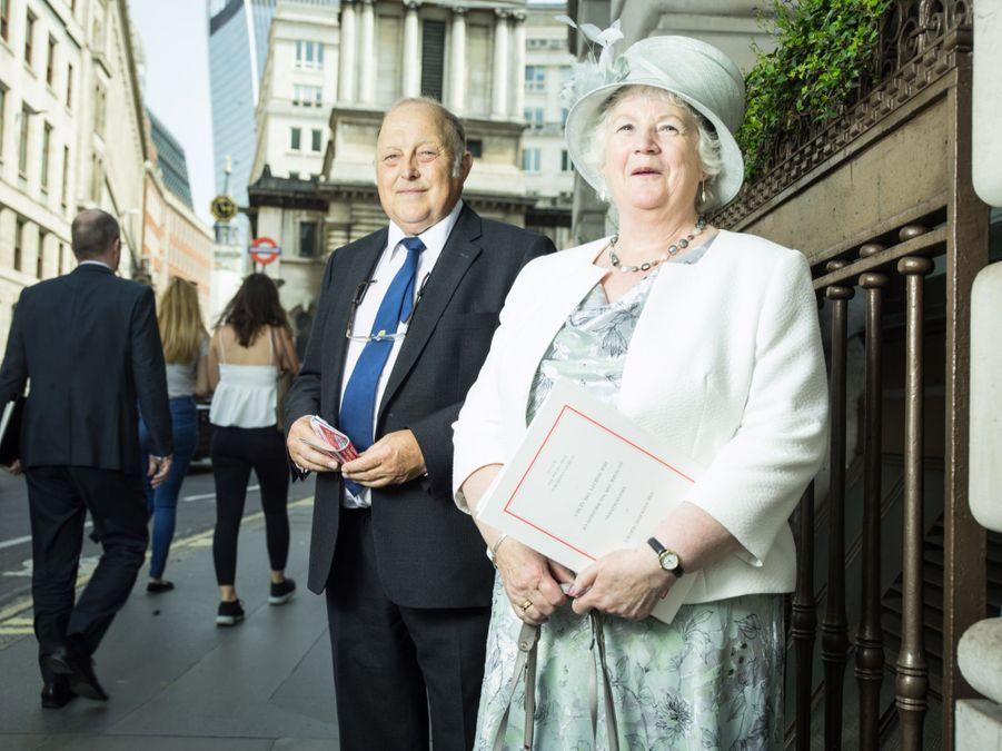 IN. M. Hunter (78 ans) retraité et sa femme Mrs. Hunter (75 ans) OUT, écossais des iles Shetland à Londres pour la célébration des 90 ans de la Reine.