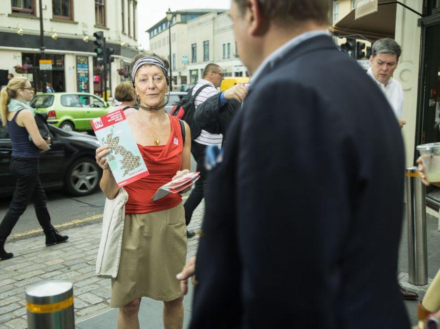 IN: Maggie Lea Month tracte dans les rues de Londres.