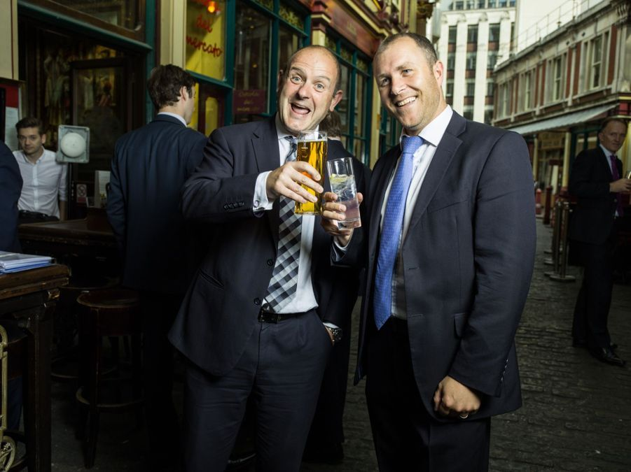 IN. Paul Crilly (47 ans) et Simon Cheesewright (48 ans), OUT, financiers, à LeandenHall.