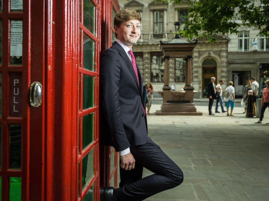 IN. Tomas (30 ans) travaille chez Hermes. Il pose rue Royal Exchange Buildings de Londres.
