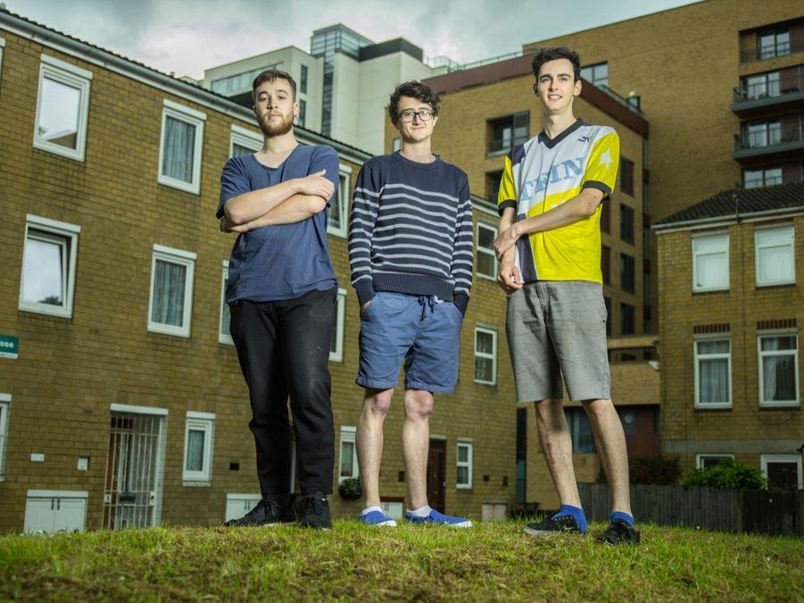 """Thomas pose devant l'appartement qu'il partage avec trois amis dans le quartier d'Ackney. Il confie : """"De mère espagnole et de père anglais, j'ai grandi en Hollande et travaillé à Berlin. Comment ne pas se sentir européen ?"""" Il est en compagnie de deux colocs, Armel Bellec (21 ans), et Nelson Beesley (21 ans), eux aussi étudiants en design."""