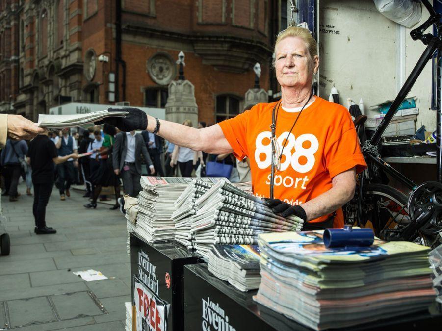 """Valeria vend des journaux devant la gare de Liverpool Street. Elle assure:""""Mon problème c'est l'immigration."""""""