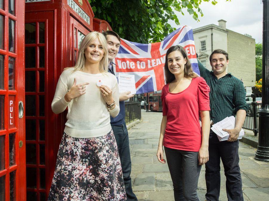 Mo Metcalf (26 ans) veut une plus grande indépendance du Royaume Unis, Joanna Hossack (27 ans), professeur de mathématiques, est pour la démocratie et la souveraineté nationale, Charlotte Kude (25 ans), attachée parlementaire pour un député européen, est contre l'interventionnisme de l'UE, Luke Springthorpe (25 ans) financier, pense que l'UE est anti démocratique. Ils tractent a Greenwich.