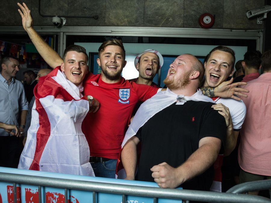 Alfie Harrigan (21 ans) carreleur, Jack Partington (21 ans) plombier, Ryan (23 ans) électricien. Ces supporters de l'équipe d'Angleterre de football chantent devant le Sports Café à Trafalgar Square avant la rencontre de l'Euro Angleterre-Russie.