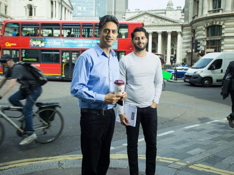 OUT. Hardeep (29 ans) et Sunny (26ans ) financiers a la City devant la Bourse de Londres.