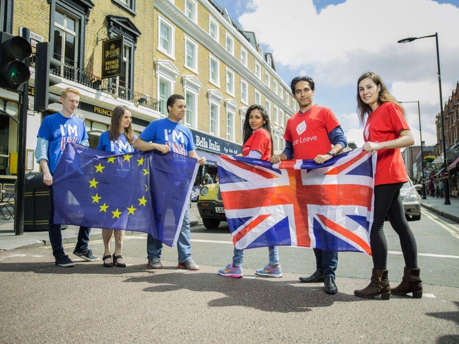"""OUT. ROUGES. Annabel Singh (25 ans) assistante parlementaire, Mahiar Tousi (28ans ) consultant, Charlotte Kude, assistante parlementaire. Ils défient les """"bleus"""" dans le quartier de Bayswater sur l'avenir de la Grande Bretagne dans l'Europe."""