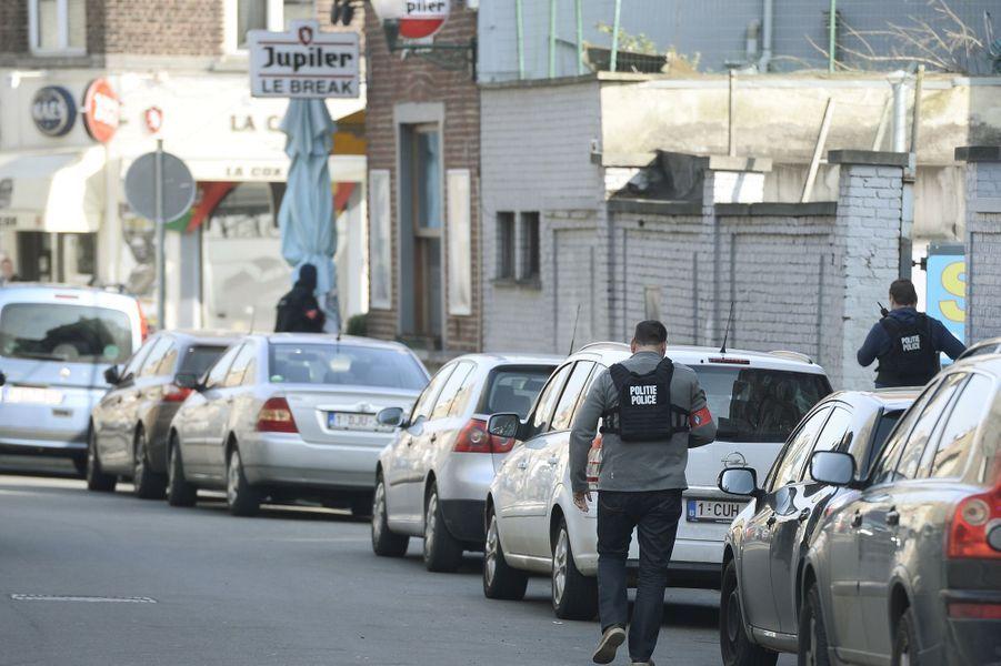 A Bruxelles, des policiers ont été blessés lors d'une perquisition menée contre un homme soupçonné d'être lié aux attentats du 13 novembres