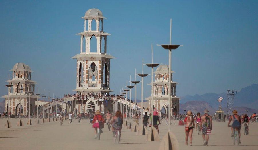 Plusieurs milliers de personnes se sont rassemblées cette semaine à Black Rock City, dans le désert du Nevada à l'occasion de la 25ème édition du festival Burning Man. Evénement païen mêlant utopie et musique, le festival s'est achevé en apothéose avec la crémation d'un gigantesque mannequin de bois. Une manifestation hors-norme qui aiguise la créativité des participants, imaginant chaque année chars et déguisements les plus farfelus.