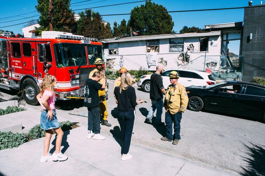 Une famille revient dans les décombres de leur maison dans le quartier de Brentwood Californie ravagée par les flammes du Getty Fire.
