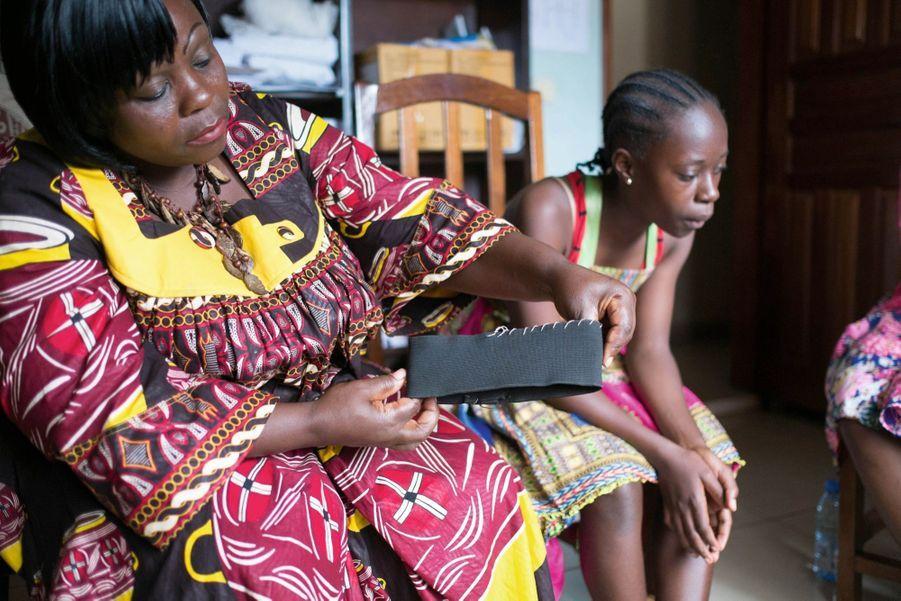 Hortense Leundja a longtemps demandé à ses filles de porter un « serre-seins ». Elle y a renoncé pour Joyce, sa fille cadette