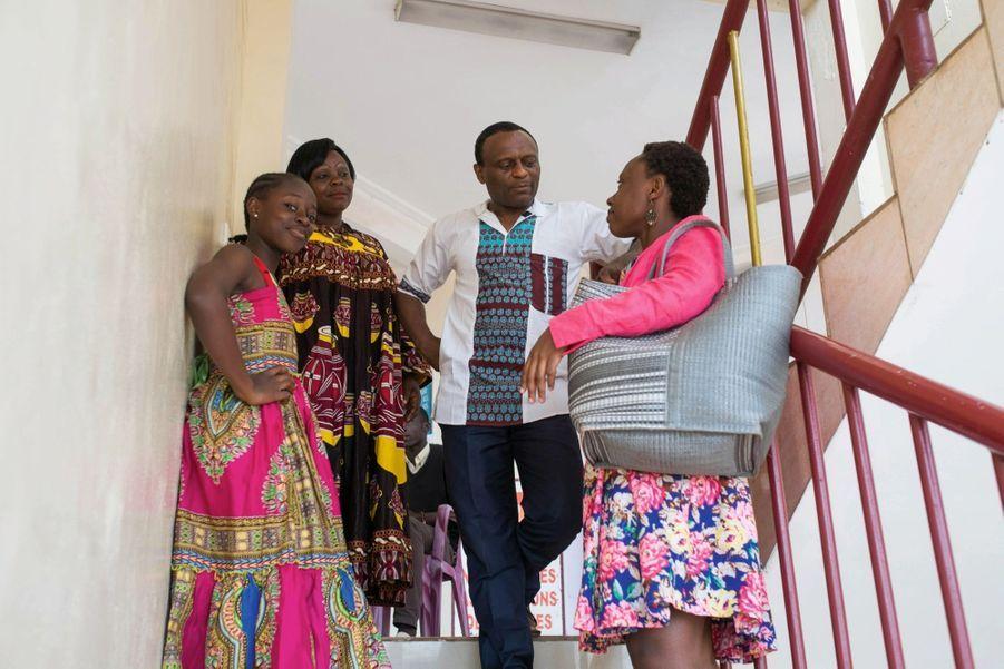 Flavien Ndonko avec Hortense Leundja et ses filles, Joyce et Vanessa (à dr.), dont les seins ont été « repassés ».