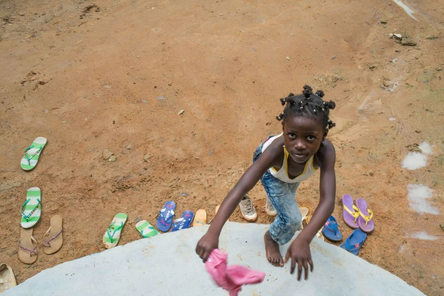 Cette fillette de Bafia, ville située dans le centre du pays, se rend à une causerie éducative de quartier organisée par l'une des tantines.