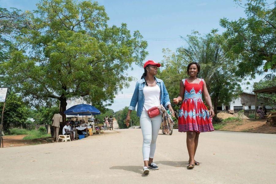 Michèle Bassa Ebassi (en robe) a invité Cathy Aba Fouda pour animer une causerie à Bafia.