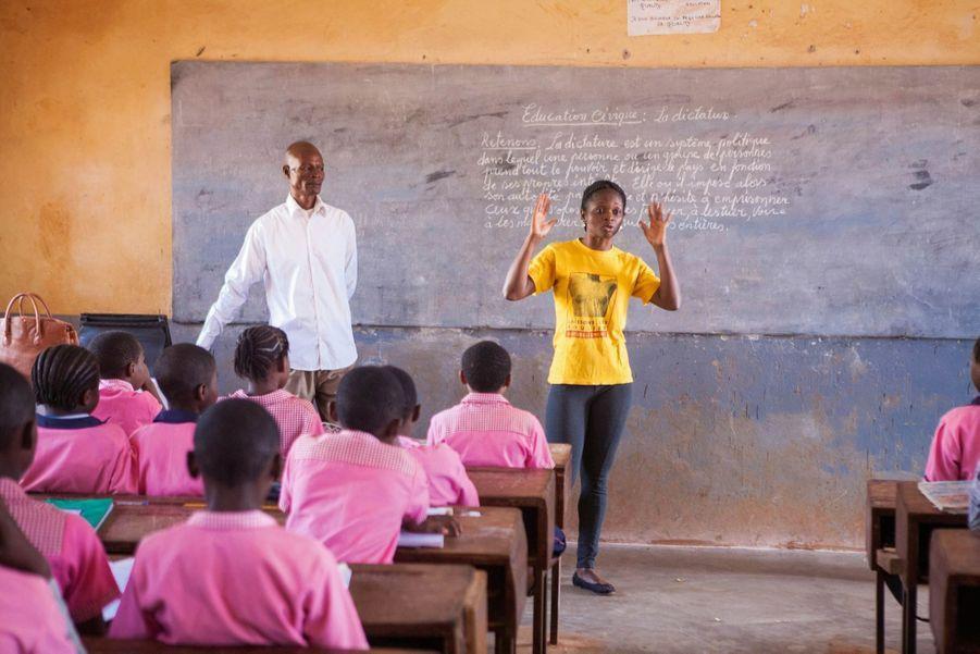 Membre du réseau Renata, Cathy Aba Fouda intervient dans une classe de CM2 à Yaoundé pour sensibiliser les élèves.