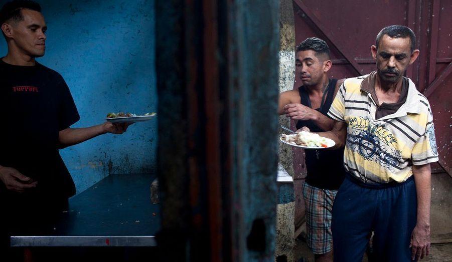 «Le responsable de la cuisine est Jose, 33 ans. Il y a encore quelques mois, il faisait partie d'un gang. Aujourd'hui, il est en charge des repas de tous les pensionnaires du centre. Il travaille avec un minimum d'ustensiles, à l'exception d'énormes pots usés par une utilisation intensive.»