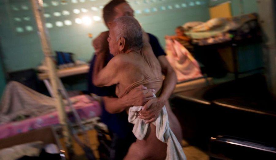 Au Venezuela, un centre de désintoxication recueille drogués et sans-abri au nom de Jésus et avec la bénédiction de Chavez. Le succès de Nosotros Unidos est fondé sur l'entraide réciproque des pensionnaires. Son fontionnement a servi de modèle aux autres centres d'état créés par le gouvernement.«Cerné par le plus grand bidonville de la cité la plus violente du monde, les murs de Nosotros Unidos ont abrité quelque 20 000 personnes depuis 1995 en quête d'un moyen de mettre fin au cycle infernal de l'autodestruction par la drogue et l'alcool.»Les légendes sont tirées du blog du photographe vénézuélien Carlos Garcia Rawlins : http://blogs.reuters.com/photo/2011/09/05/rehabilitating-each-other/
