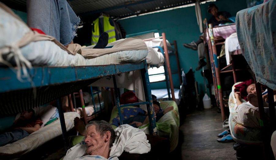 «Le centre est géré par une église protestante. Les dortoirs sont surpeuplés, la lumière presque absente mais l'abri, le couvert et les soins que proposent Nosotros Unidos (Nous Unis) sont gratuits.»