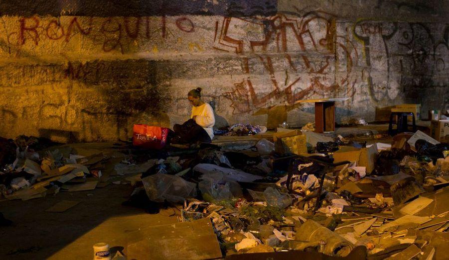 Bien qu'il existe aussi des centres réservés aux femmes, cette sans-abri a choisi de rester dans la rue. Drogue, maladies, agressions... Ses chances de survie sont infimes. Pourtant, la politique sociale du gouvernement Chavez a porté ses fruits : en une dizaine d'années, le taux de pauvreté est passé de 60 à 23 % de la population vénézuélienne. Mais les racines de la misère sont profondes et le travail qui reste à accomplir, titanesque.
