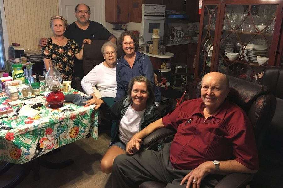 Chez Alton Lanier (à droite) qui a la chance d'avoir l'électricité chez lui grâce à un générateur . Il accueille ses voisins Martha et Rodolfo Nunez qui habitent dans un mobil-home.