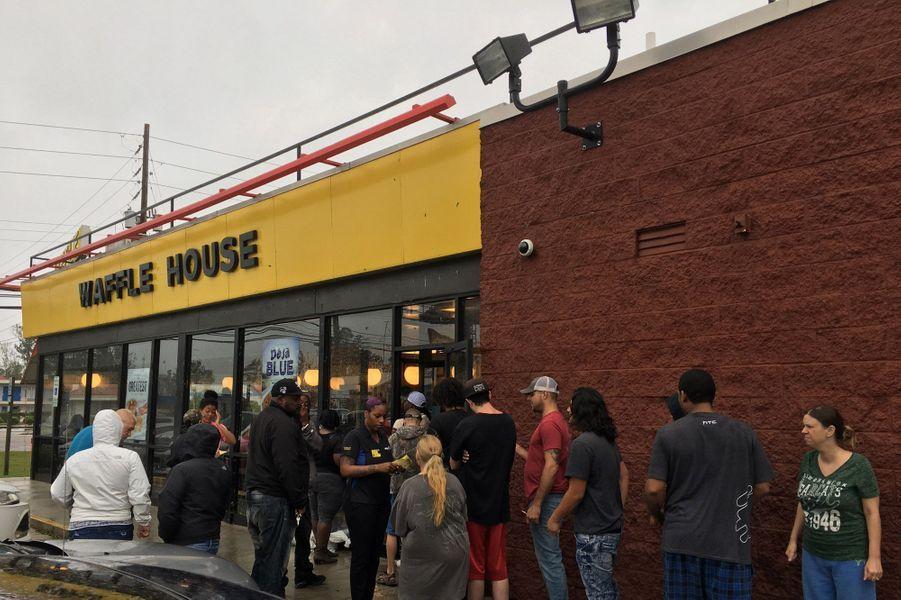 File d'attente devant le Waffle House à Wilmington, traditionnellement le premier fast food à rouvrir après une tornade ou un ouragan.