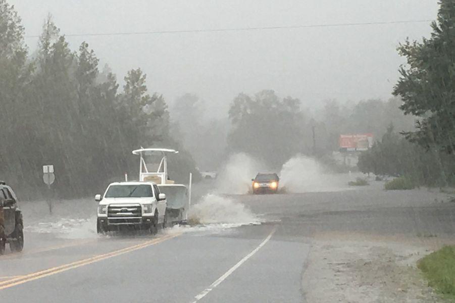 Inondation sur la route 53 vers Jacksonville, Caroline du Nord