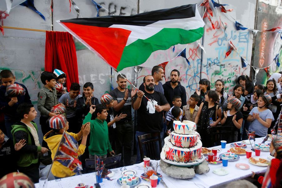 """La """"Cérémonie d'excuses"""" de Banksy en Cisjordanie."""