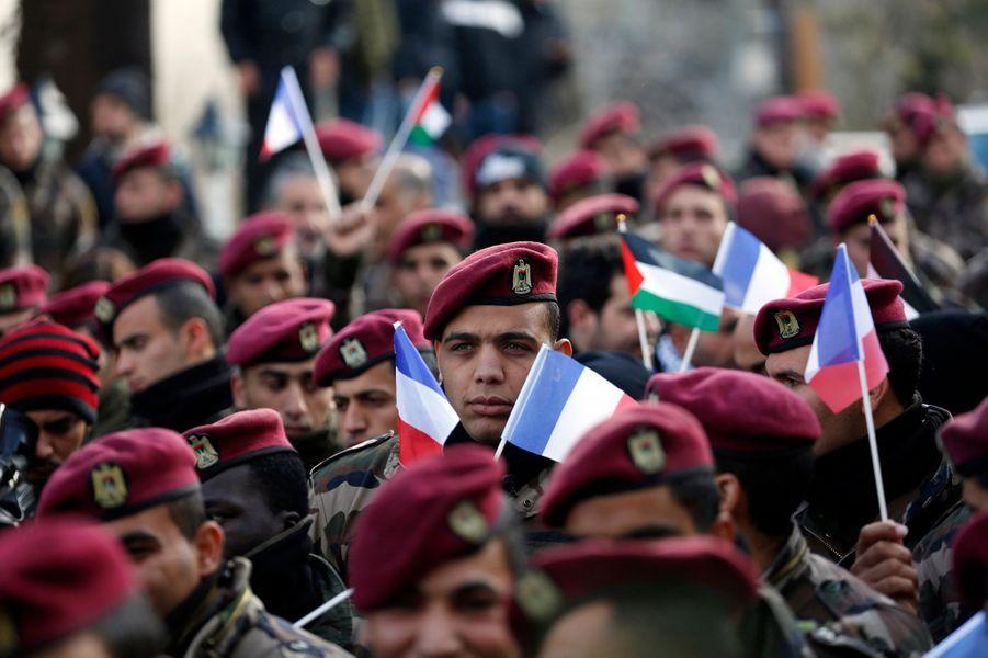Les forces de sécurité palestiniennes défilent avec des drapeaux français