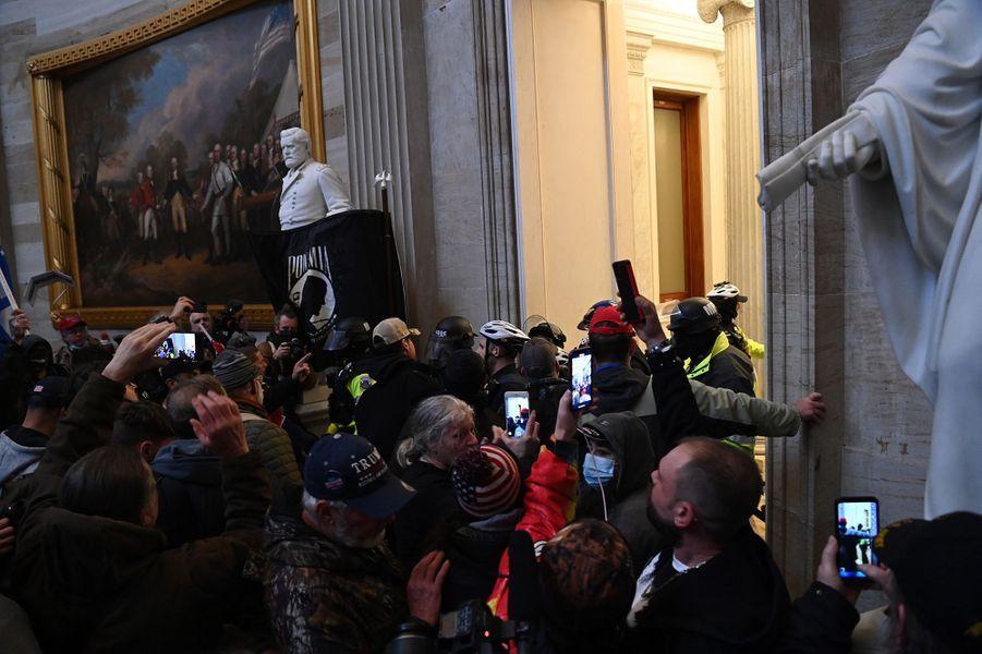 Très vite, les forces de l'ordre ont été dépassées et des manifestants sont entrés dans le bâtiment.