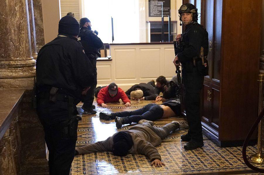 Quelques manifestants ont été mis au sol.