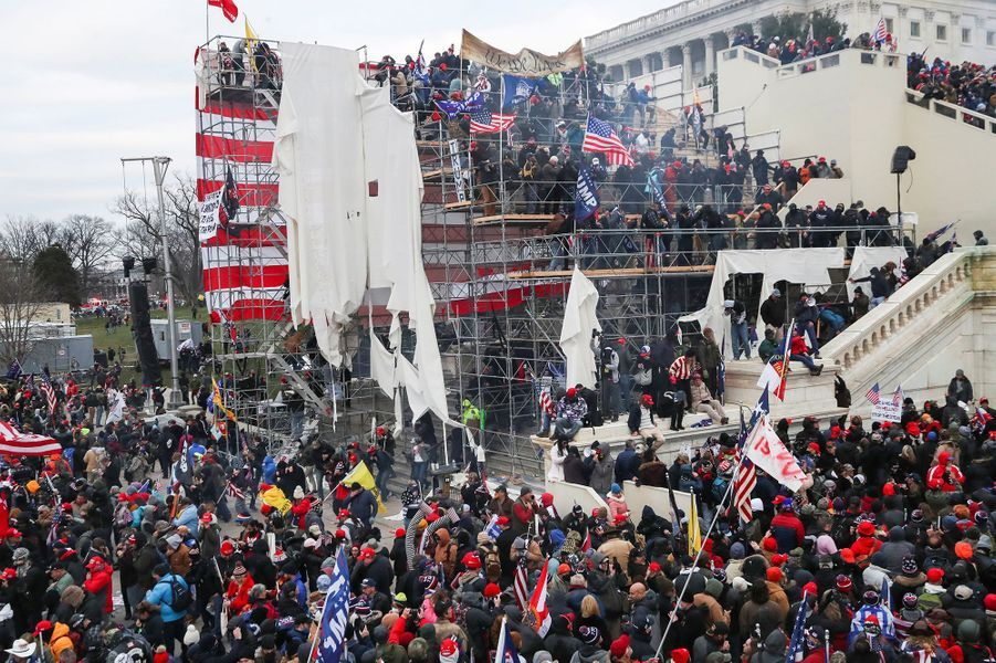 Les manifestants ont aussi pris d'assaut les gradins prévus pour le serment de Joe Biden.
