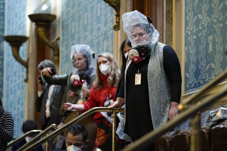 Les parlementaires ont reçu la consigne de d'enfiler des masques à gaz et de s'allonger au sol, selon des élus.