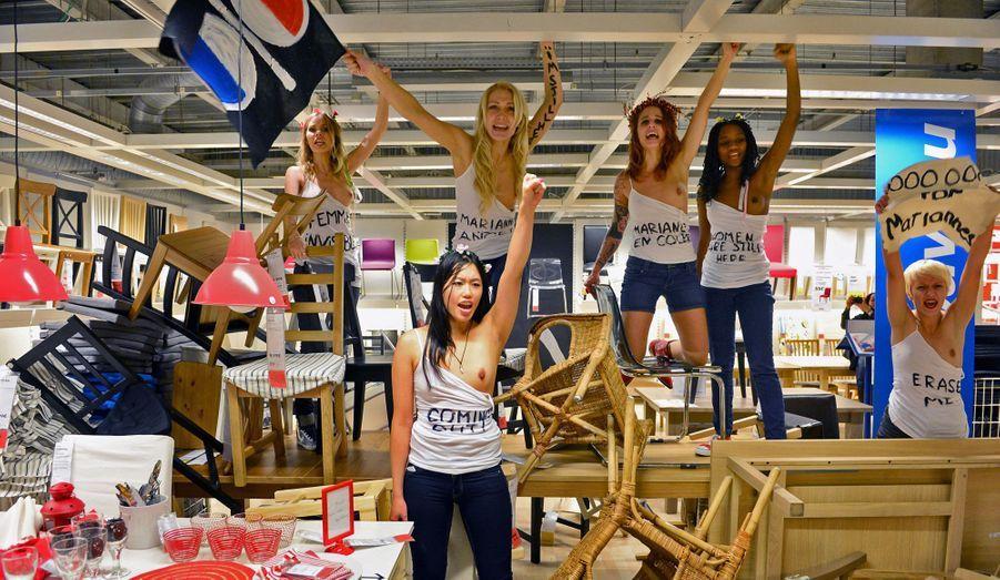 Des activistes du mouvement féministe Femen se sont rassemblées jeudi et vendredi dans des magasins Ikea de Montréal, Hambourg et Paris afin de dénoncer la disparition des femmes du catalogue de la marque, destiné à l'Arabie saoudite. Seins nus, elles ont arpenté les rayons avec des pancartes sur lesquelles on pouvait notamment lire «Allah m'a créée visible» ou encore «Les femmes sont toujours là».