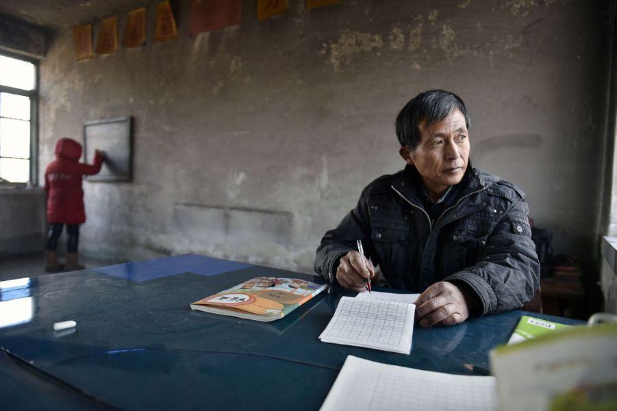 Elle s'appelleSun Xiaofeng et comme de nombreux enfants de son âge est scolarisée dans une école primaire. Sa particularité ? Elle est la seule élève de son école située à Yantai, en Chine, avec pourprofesseur, Hu Zhisheng.