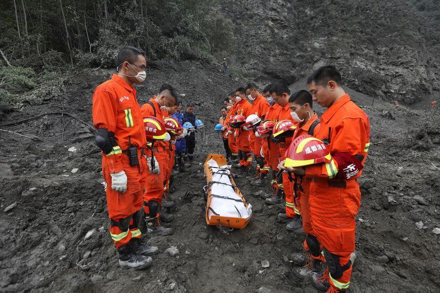 Quinze morts et quatre vingt treize disparus : tel est le bilan provisoire du glissement de terrain qui s'est produit à Xinmo, en Chine.