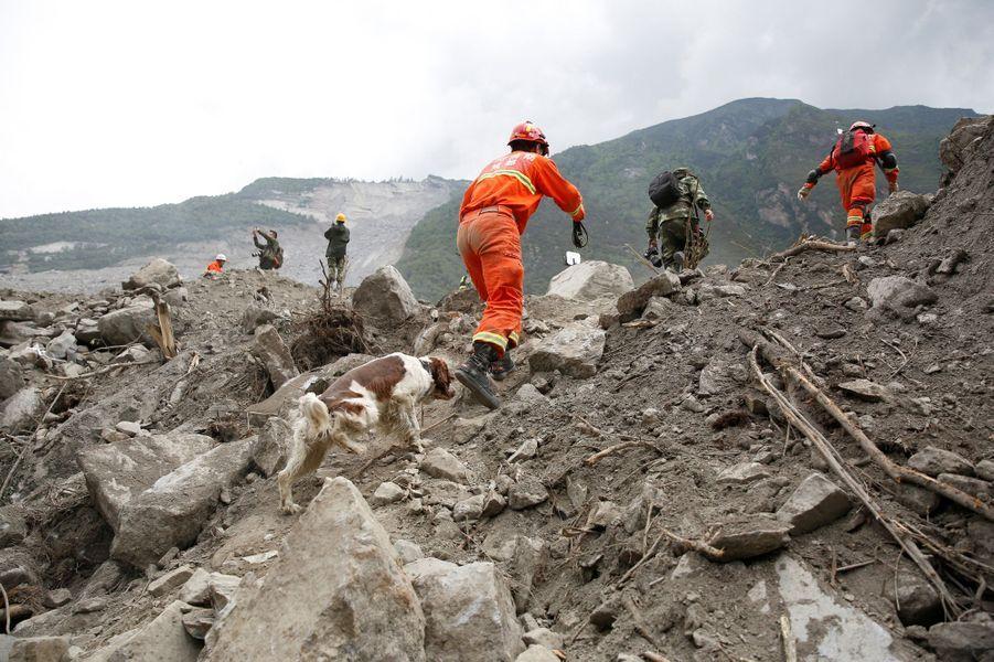 Les sauveteurs cherchent toujours les survivants à Xinmo, en Chine.