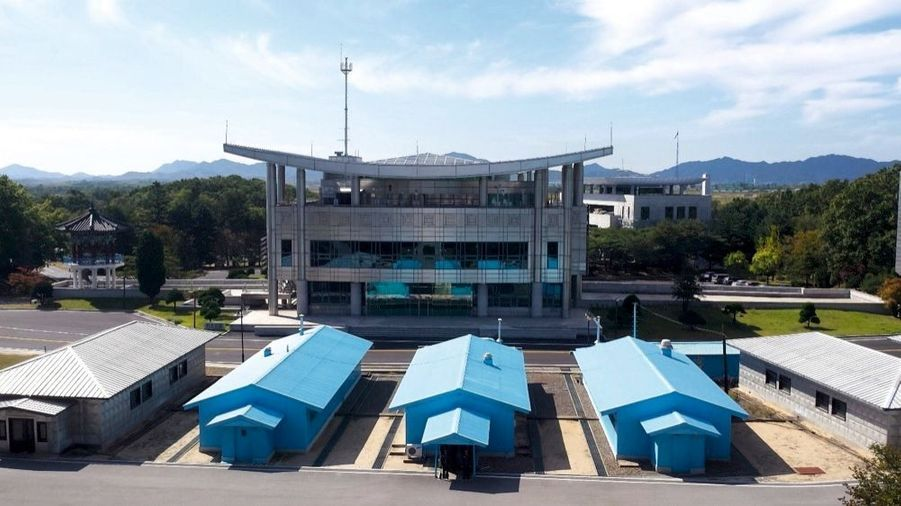La frontière passe au milieu de ces baraques bleues. C'est là qu'ont lieu les rencontres entre les militaires des deux pays, toujours techniquement en guerre depuis 1953. En face, Panmunjeom, en Corée du Sud.