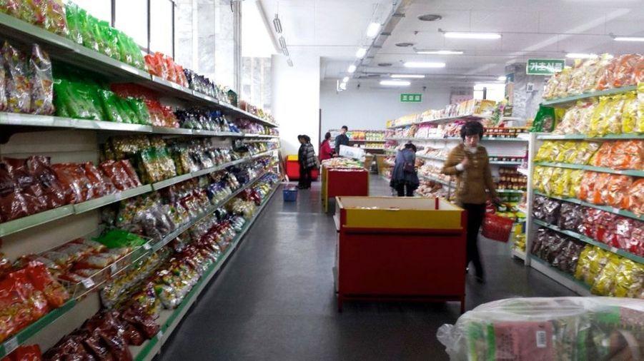 Au supermarché du quartier de Kwangbok, des produits de qualité, en abondance. Bières et gel douche importés du Japon, gâteaux au chocolat du Vietnam. Mais l'essentiel pour le quotidien est fait en Corée du Nord.
