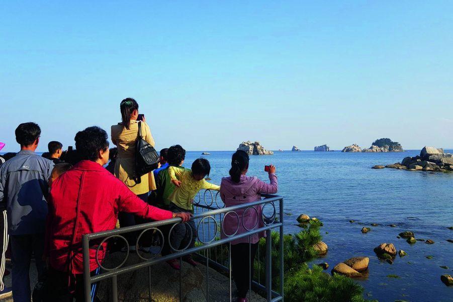 Des touristes nord-coréens au pied des monts du Diamant. La Corée du Sud commence sur la même baie, à 3 kilomètres