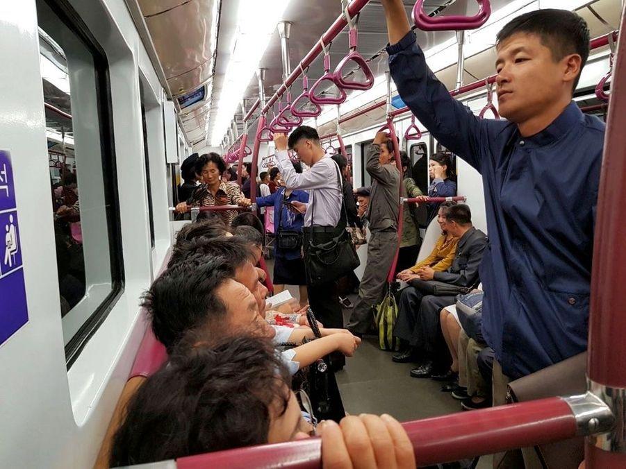 La rame du métro, 100 % nord-coréenne, mise en service en octobre 2016, remplace celles venues d'Allemagne. Chaque wagon a une décoration différente. Le billet coûte quelque 50 centimes et permet de voyager toute la journée.