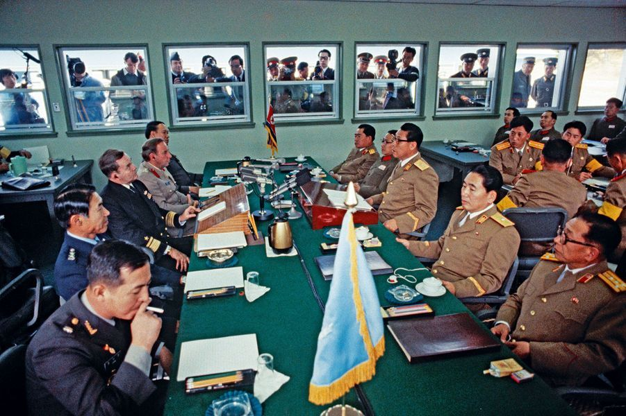Trente ans après, au même endroit, une rencontre entre Coréens du Nord (à droite) et du Sud.