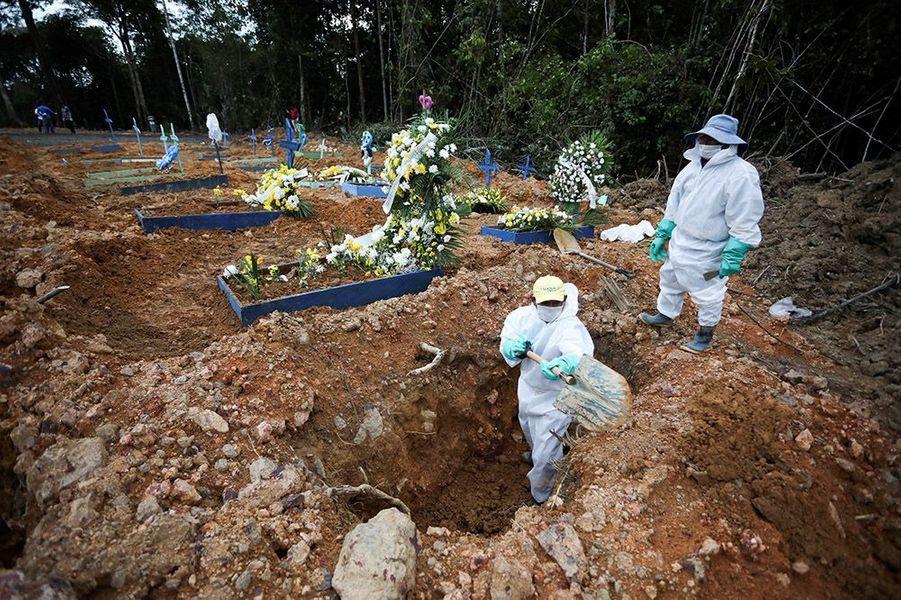 Hôpitaux saturés, cadavres entassés dans des camions frigorifiques, fosses communes dans les cimetières: la capitale de l'Etat d'Amazonas est plongée dans le chaos.