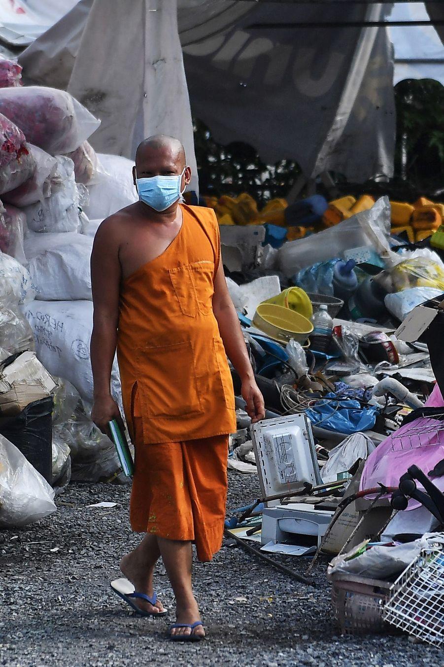 Entre 400 à 500 masques sont créés quotidiennement par les moines du temple thaïlandaisWat Chak Daeng.