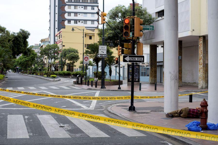 Dans la ville de Guayaquil, la crise sanitaire est telle que des corps sont abandonnés dans les rues.