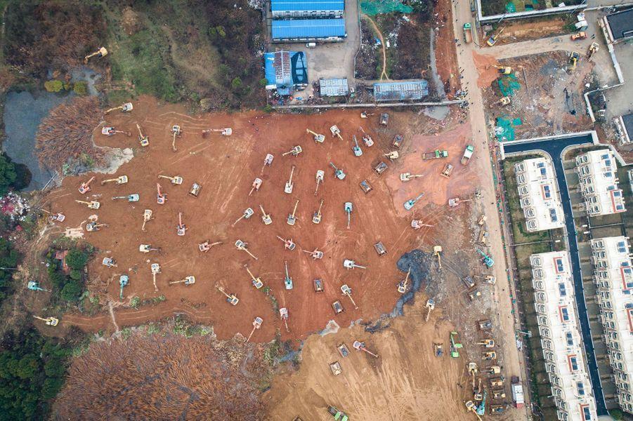 Le gouvernement chinois se donne dix jours pour construire un nouvel hôpital à Wuhan, en Chine, afin d'accueillir les malades atteints du nouveau coronavirus.