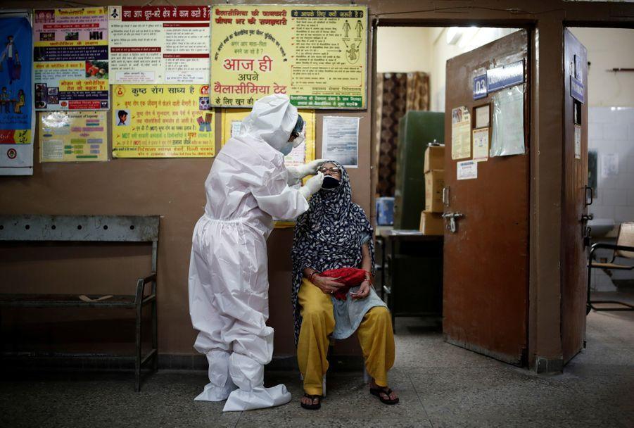 Une personne est testée au Covid-19 à New Delhi.