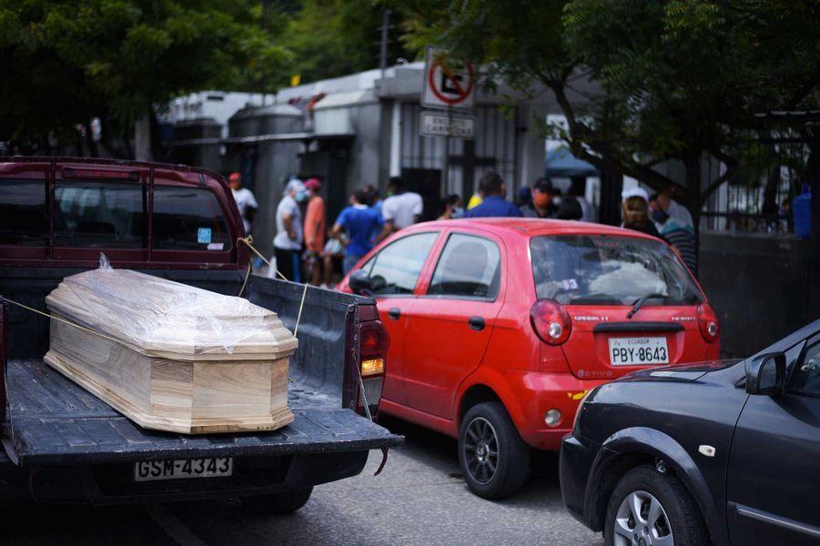 Uncercueil transporté dans un camion, àGuayaquil, le 13 avril