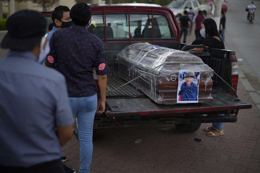Un cercueil à l'extérieur d'un cimetière, àGuayaquil, le 7 avril