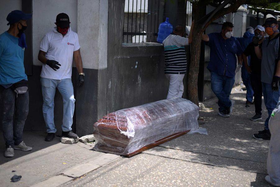 Uncercueil à l'extérieur d'un cimetière, àGuayaquil, le 13 avril