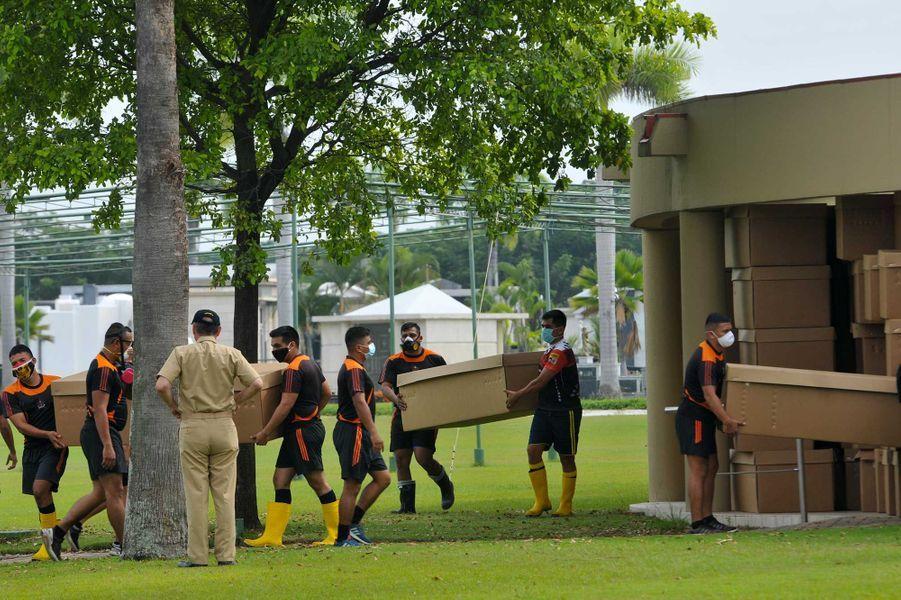 Des soldats portant des boîtes en cartons faisant office decercueils,àGuayaquil